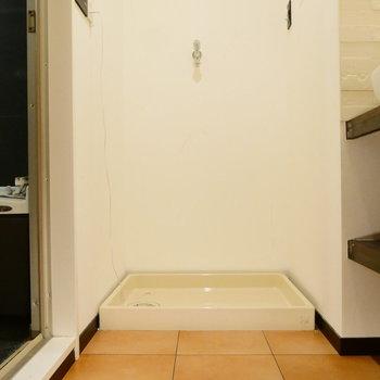 洗濯機置場は脱衣所にあって便利です。 ※クリーニング前の写真です