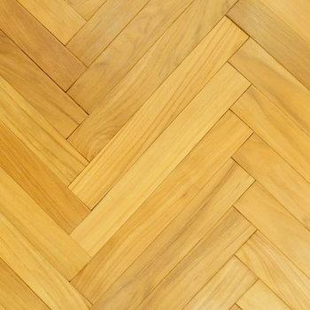 床もヘリンボーンでカフェのよう!無垢のチーク材で足元が気持ちいい!◎※クリーニング前の写真です