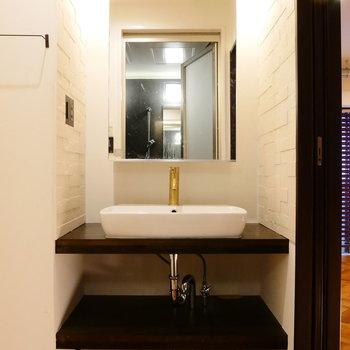 脱衣所に独立洗面台。 ※クリーニング前の写真です