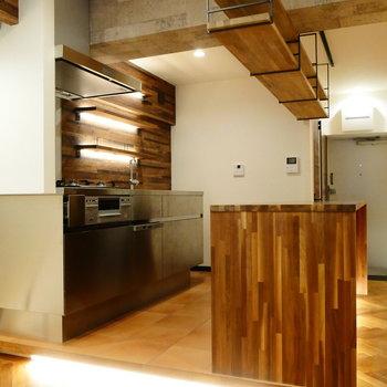 さあ、キッチンです!テーブルと吊り棚はこだわりの高級ウォールナット材を贅沢に使ってます。 ※クリーニング前の写真です