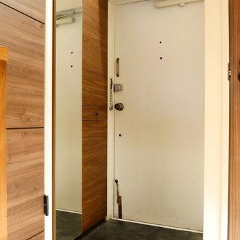 玄関には姿見つきのシューズボックス。 ※クリーニング前の写真です
