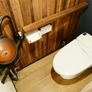 個室にタンクレストイレ。手洗い場の洒落感! ※クリーニング前の写真です