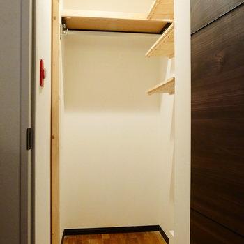 玄関入ってすぐの広々収納。DIYの棚! ※クリーニング前の写真です