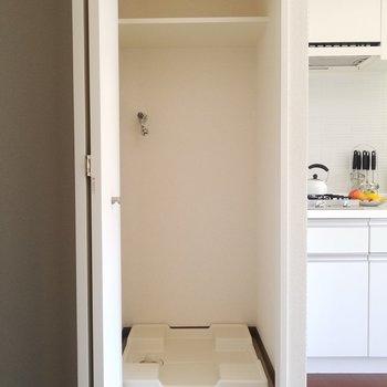 キッチン横には隠せる洗濯機置場。※5階別部屋反転間取りの写真です。