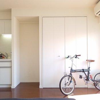 キッチン隣に冷蔵庫が置けるね。※5階別部屋反転間取りの写真です。