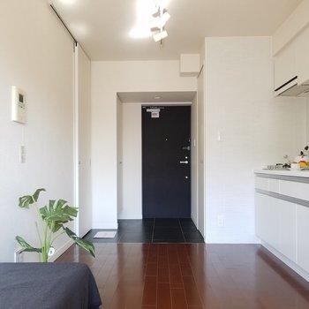 玄関から洋室へは段差がないですよ〜※5階別部屋反転間取りの写真です。