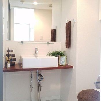 玄関横が水廻り。洗面台もスタイリッシュに。※5階別部屋反転間取りの写真です。