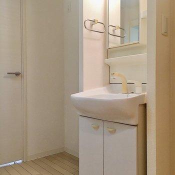 玄関を入ってすぐ前に洗面台。隣には冷蔵庫が置けますよ。