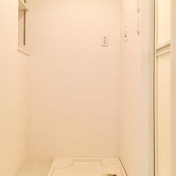脱衣所に洗濯機置き場があります。