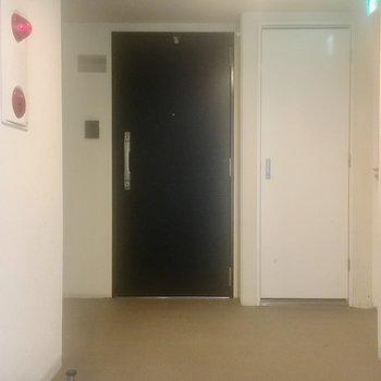 【共有部】エレベーターからお部屋はすごく近いです。