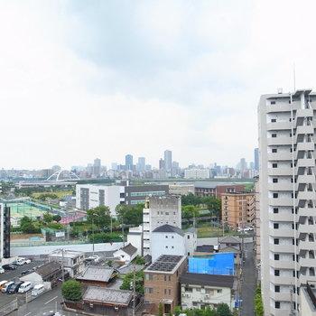 眺望は、近景に住宅、中景に緑があって、遠景に淀川とビル群!空も見えてバランスがいいな〜!