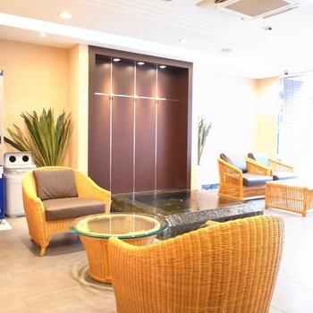 【共用部】エントランスにはホテルの待合室のようなものが。