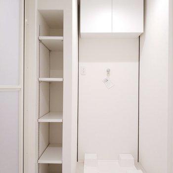 脱衣所には洗濯機の上と横にたっぷり収納が