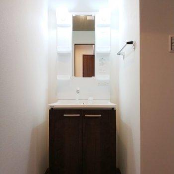 脱衣所の独立洗面台はしっかりと空間が確保されています