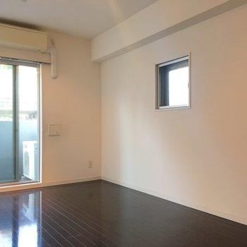 小さな小窓があるんです!角部屋の特権!!※3階の同間取り別部屋の写真です
