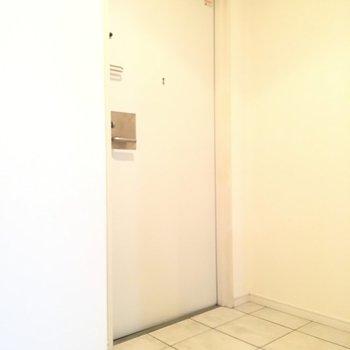 玄関の白タイルもGOOD※3階の同間取り別部屋の写真です