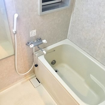 お風呂は追い焚き付、そして小窓がチラリ。換気はこまめにやりましょ♪※3階の同間取り別部屋の写真です