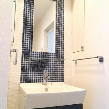 こちらがアクセントの洗面台 白い壁の中にココだけブルーのタイルがあるんです。カワイイ※3階の同間取り別部屋の写真です