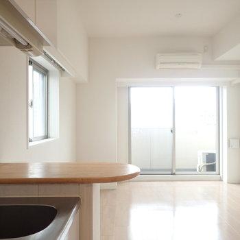 キッチンにはちょっとしたカウンターが。※写真は同間取り別部屋