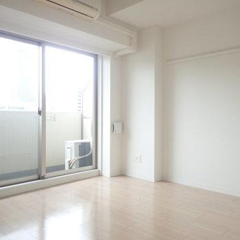 掃き出し窓も大きめです。※写真は同間取り別部屋