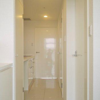 玄関入ってすぐ真っ白。。※写真は603号室のもの