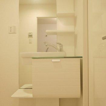 お洒落な洗面。。※写真は603号室のもの
