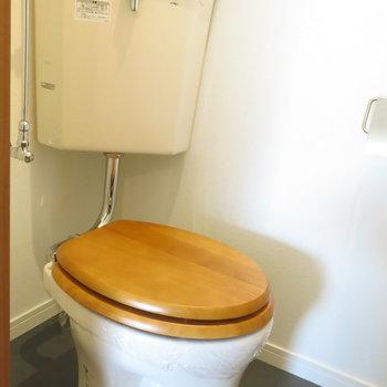トイレの便座も木製に!温かみがありますね*
