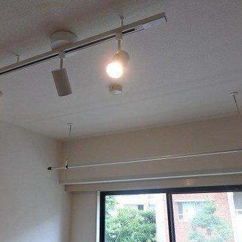 スポットライトが良いかんじ。※写真は2階の同間取り別部屋です