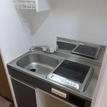 キッチンは最低限。※写真は2階の同間取り別部屋です