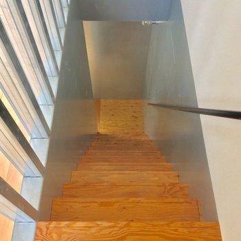 お次は階段を降りて、2階の洋室へ行ってみましょう!※電気がつく前の写真です