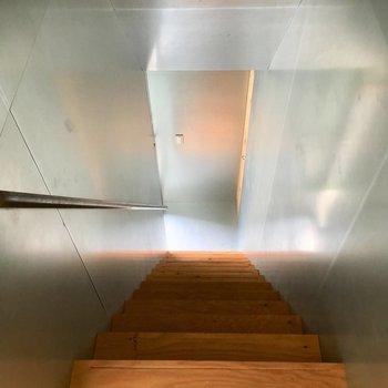 またまた階段を降りて、1階の玄関へ※電気がつく前の写真です