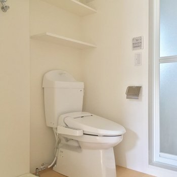 同じスペースにトイレと洗濯機置場も!ゆったり使える広さです※電気がつく前の写真です