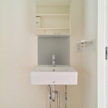 サニタリーも2階から。スタイリッシュな独立洗面台と・・・※電気がつく前の写真です