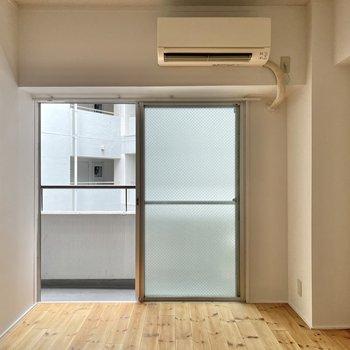 【洋室】こちらは洋室!エアコン完備!寝室にしてもいいですね。