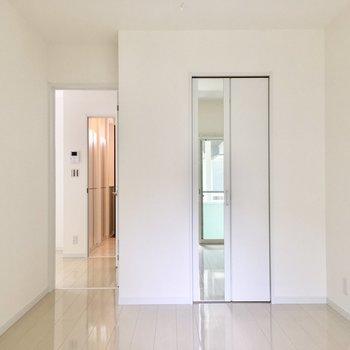5.5帖のお部屋の鏡付きの扉を開けると…