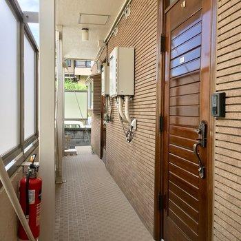 ちょっとレトロな茶色の玄関ドアを開けるとお家です♪