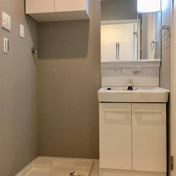 右にトイレ、左にお風呂のサニタリースペースもやさしくきれいにまとまっています。