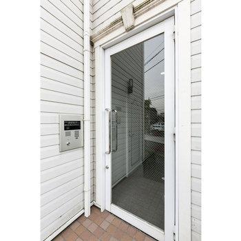メルヘンチックな白いドア※写真は2階の同じ間取りの別部屋