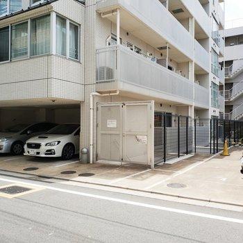 駐車場やバイク置き場は建物横に併設されています。