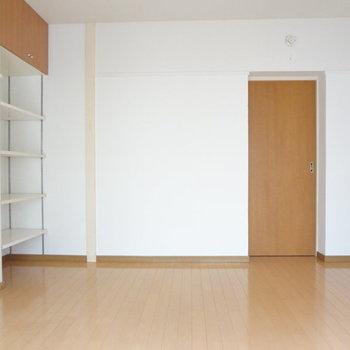 リビング横の洋室です。※写真は別室反転です。