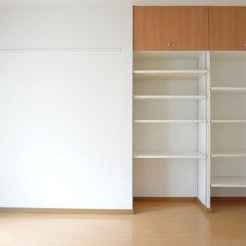 収納棚が充実していて読書家にはおすすめ。※写真は別室反転です。