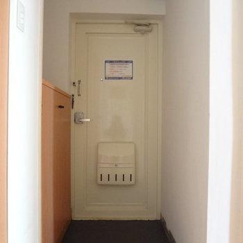 玄関はこちら。スッキリとしています。※写真は別室反転です。