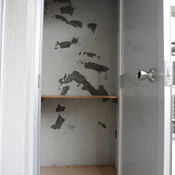 バルコニーにもこんな収納スペースがありました!※写真は別室です。