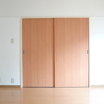 この扉を開けるとリビングへと繋がっています。※写真は別室反転です。