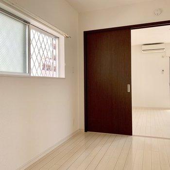 洋室にも窓があるんです!