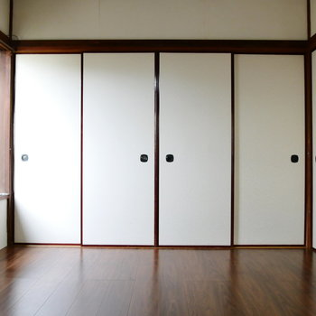 お隣の洋室とは襖で仕切って。