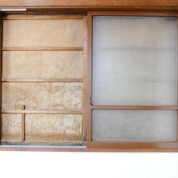 窓は木製雨戸で締めきれます。