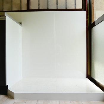 キッチン横のスペースに洗濯機置場が新設予定。