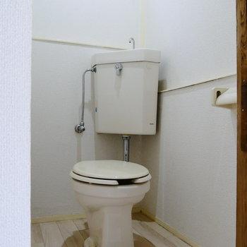 トイレにも小窓があって気持ちよく。