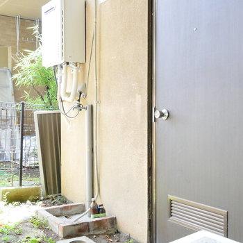 玄関の外に洗濯機置場です。